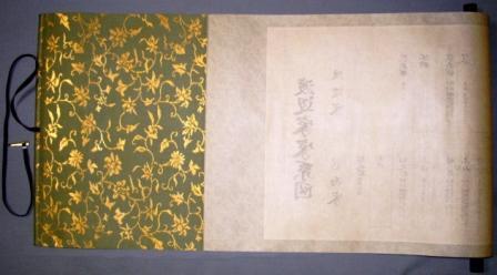 本紙の裏に、補強やシワを伸ばす為に、薄い紙や布を貼ることを裏打ち
